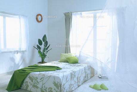 風のそよぐベッドルーム FYI00959799