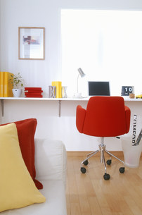 赤い椅子のある部屋 FYI00959832