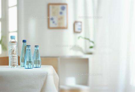 水を置いたテーブル FYI00959836