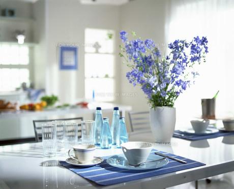 テーブルセッティングされた皿とカトラリー FYI00960039