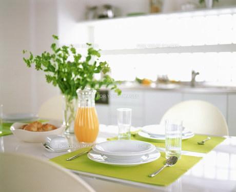 テーブルセッティングされた皿とカトラリー FYI00960093