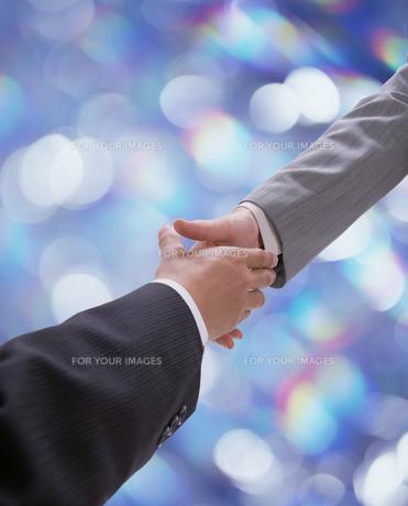 握手をするサラリーマン FYI00960867