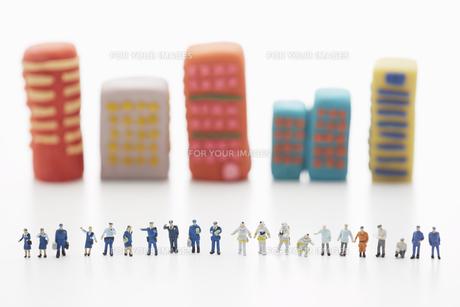 粘土のビルとその前に整列する沢山の人形 FYI00961570