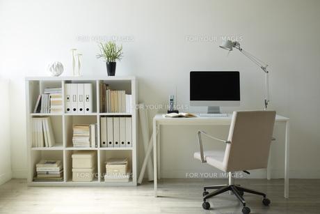 白い部屋の白い家具の机と本棚の書斎 FYI00962825