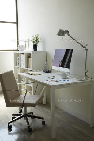 白い部屋の白い家具の机と本棚の書斎 FYI00962903