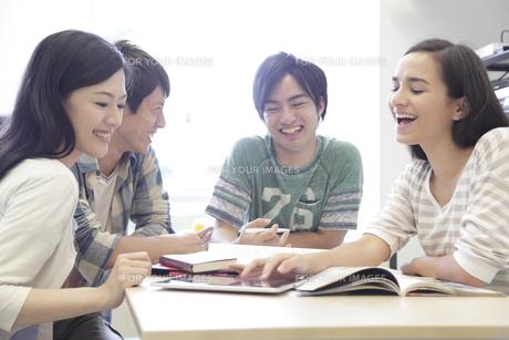 ゼミ教室でディスカッションする複数の男女大学生 FYI00966893