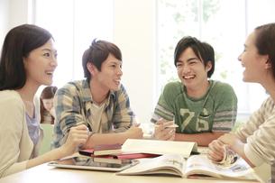 ゼミ教室でディスカッションする複数の男女大学生 FYI00966901