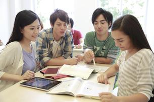 ゼミ教室でディスカッションする複数の男女大学生 FYI00966946