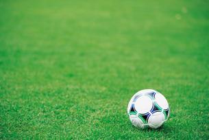 芝生のサッカーボール FYI00969638