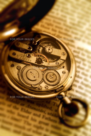 洋書と懐中時計 FYI00970392