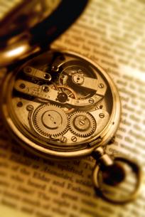 洋書と懐中時計の素材 [FYI00970392]