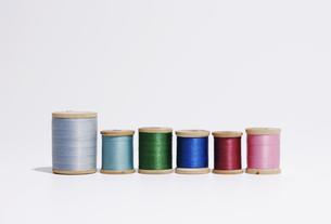 並ぶ糸巻き FYI00975418