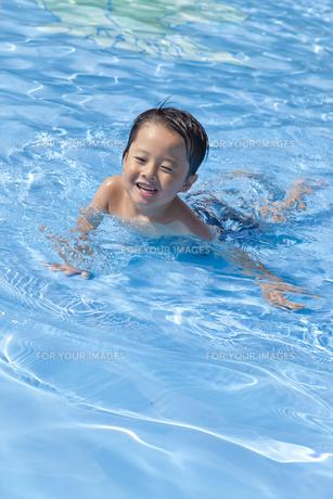 プールで遊ぶ男の子 FYI00979165