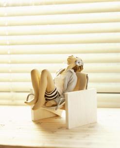 椅子に座り上を見上げる女性のクラフト FYI00986198