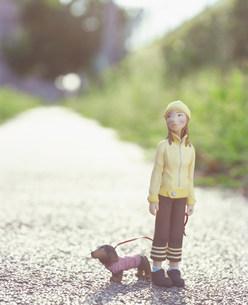 犬の散歩をする女性のクラフト FYI00986199