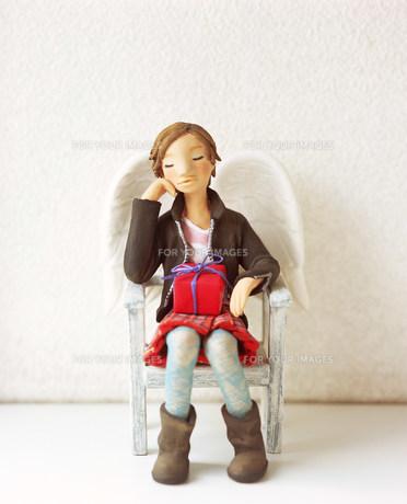 椅子に座り部屋で寛ぐ女性のクラフト FYI00986313