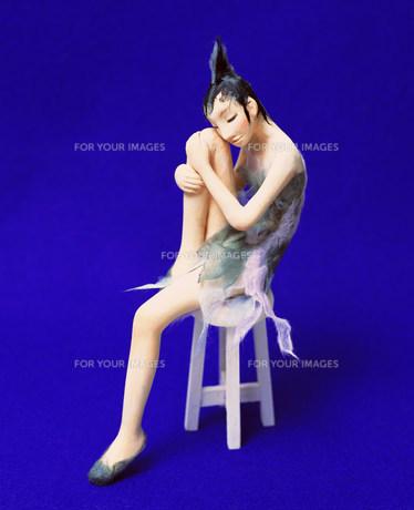 椅子に座る女性のクラフト FYI00986324