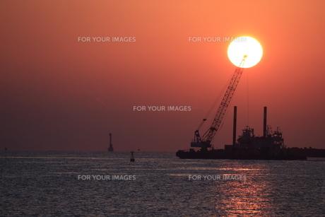 朝日と作業船 FYI00987878