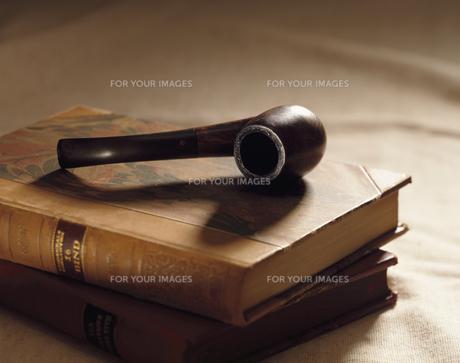 パイプと2冊の洋書 FYI00991907