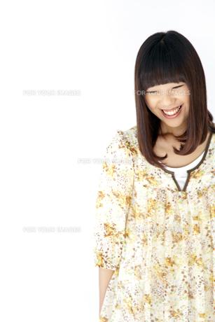 ワンピースを着て笑う20代日本人女性 FYI00993622