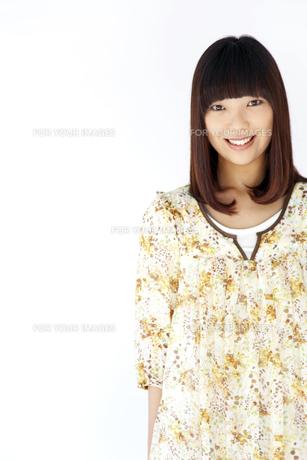 ワンピースを着て笑う20代日本人女性 FYI00993658