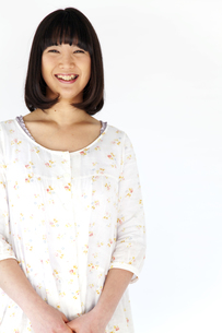 ワンピースを着て笑う20代日本人女性 FYI00993715