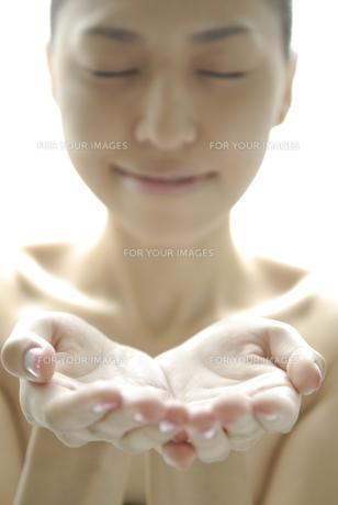 手を前にかざす女性 FYI00993730