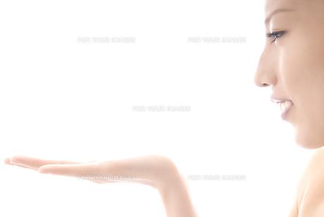 手を前にかざす女性 横顔 FYI00993735
