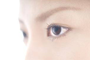 女性 瞳アップ FYI00993741