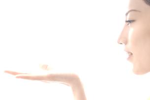手を前にかざす女性 横顔 FYI00993742