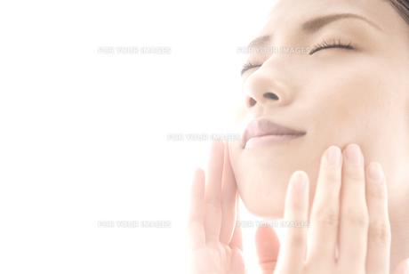 頬に手をやる女性 FYI00993749