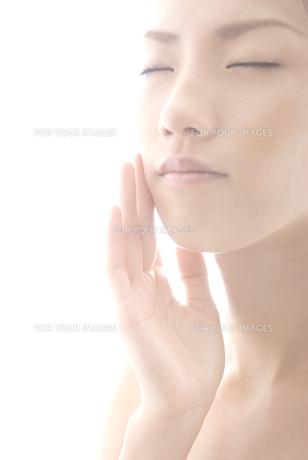 頬に手をやる女性 FYI00993753