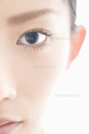 女性 瞳アップ FYI00993778