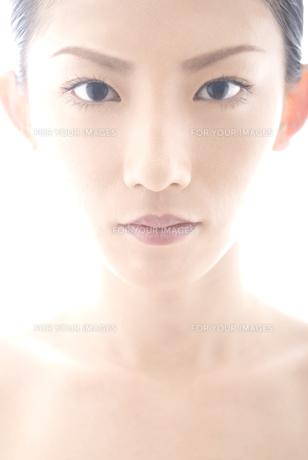 正面を向く女性 FYI00993816