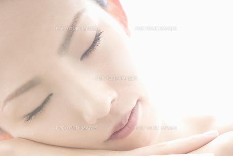 眼を閉じる女性 FYI00993907