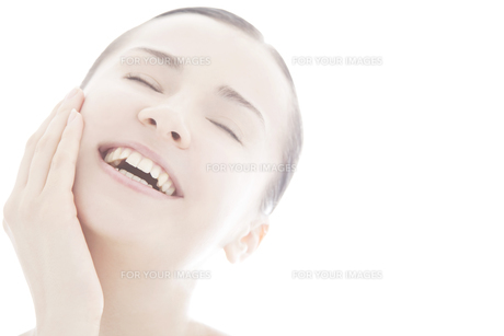 20代の外国人女性のビューティーイメージ FYI00993939