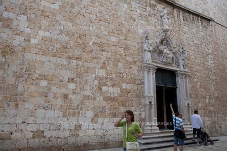 フランシスコ修道院正面玄関死のイエスと聖母像 FYI00997175