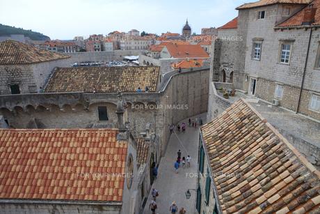 城塞から見た旧市街と観光客 FYI00997194