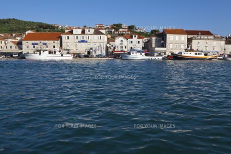 アドリア海沿岸に立ち並ぶ家々と人 FYI00997240