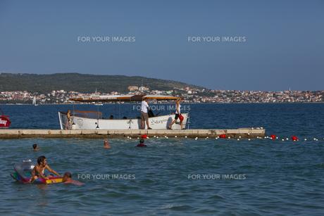 アドリア海で海遊びを楽しむ人々 FYI00997303