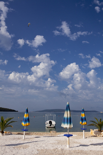 アドリア海沿岸とパラソル FYI00997353