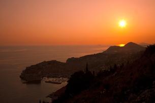 街並とアドリア海の夕日 FYI01004993