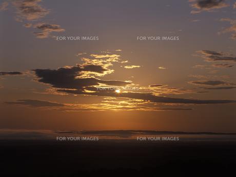 朝日と朝焼けの釧路湿原 FYI01015476