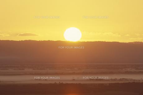 朝日と朝焼けの釧路湿原 FYI01015512