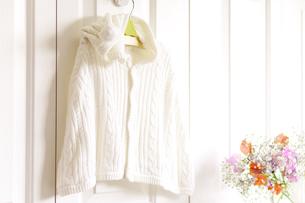 フックにかけたベビー服と花の素材 [FYI01016578]