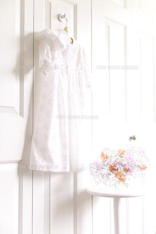 フックにかけたベビー服と花の素材 [FYI01016602]
