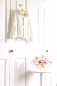 フックにかけたベビー服と花の素材 [FYI01016607]