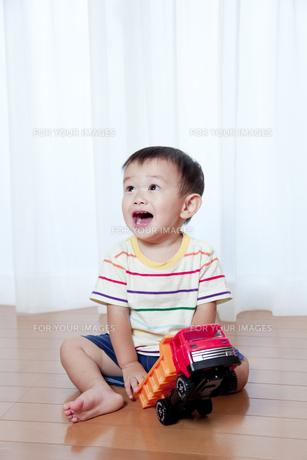 トラックのおもちゃで遊ぶ赤ちゃん FYI01016658