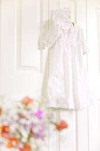フックにかけたベビー服と花の素材 [FYI01016679]