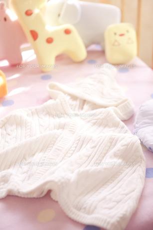 ベビーベッドの上のベビー服 FYI01016686
